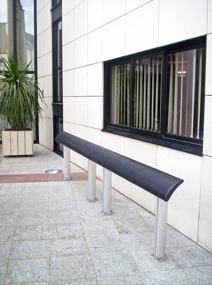 Europe composite standing seat by Concept Urbain | Benches
