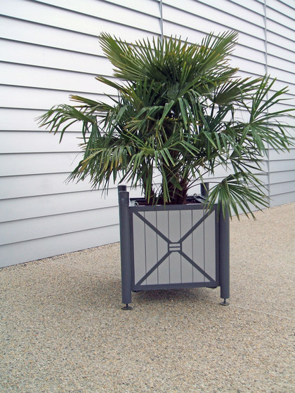 Vesta planter V2 coloured by Concept Urbain | Plant pots