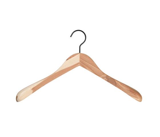 Cedar coat hanger de nomess copenhagen   Perchas