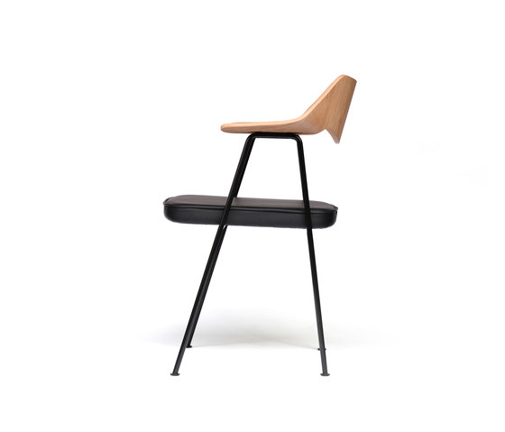 675 chair oak and black de Case Furniture | Sillas