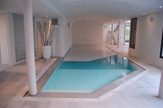 Piscine int rieure indoor pools de piscines carr bleu for Piscine miroir carre bleu