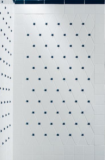 Capitonné white smooth with blue insets de Petracer's Ceramics   Carrelage céramique