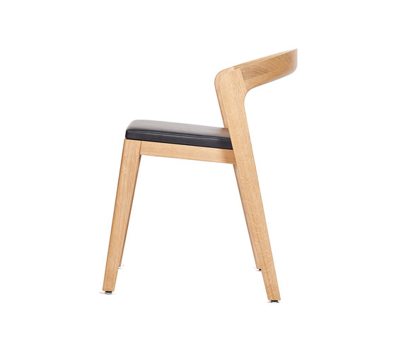 Play Chair – Oak Natural Stained with black calf leather cushion de Wildspirit | Chaises