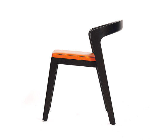 Play Chair – Oak Stained with orange calf leather cushion de Wildspirit | Sillas