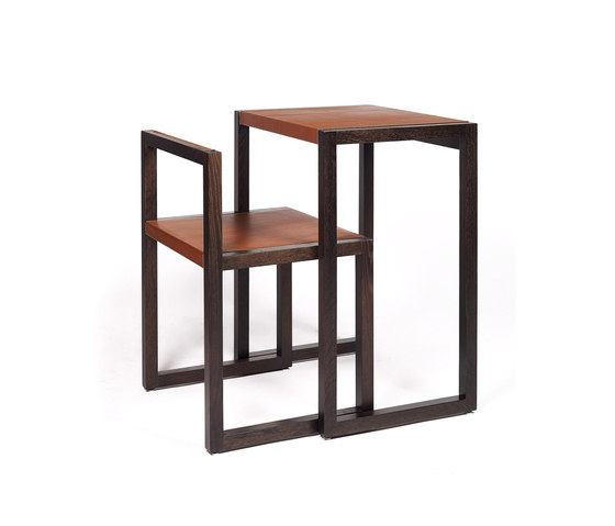 Visa – Oak Stained, upholstered with camel calf leather by Wildspirit | Desks