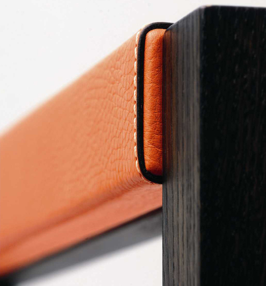 Visa – Oak Stained, upholstered with orange calf leather de Wildspirit | Escritorios