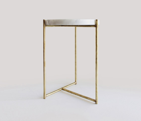 Oliver Marble Tray Side Table Brass de Evie Group | Mesas auxiliares