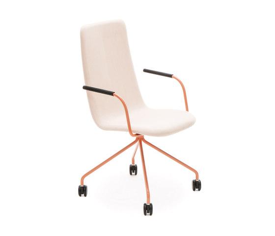 Sola conference chair with four leg base with castors high backrest de Martela | Sillas