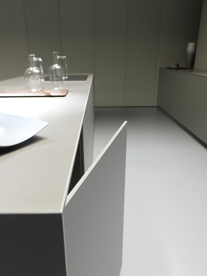 Blade 4 linear arrangement + island in resin by Modulnova | Fitted kitchens