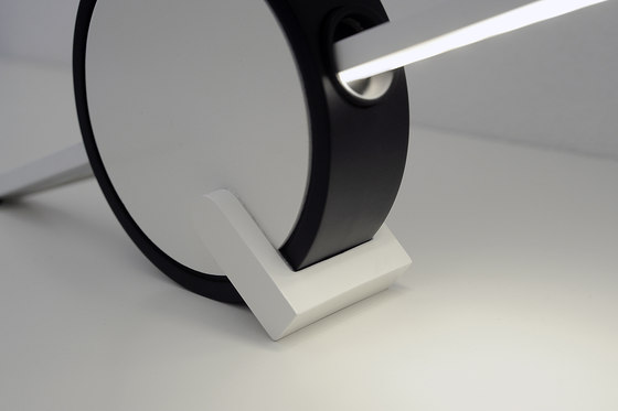 VARA desk lamp di HOLY TRINITY | Illuminazione generale
