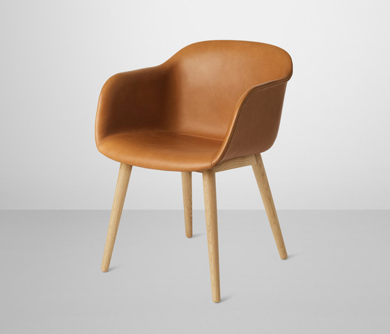 Fiber Armchair | wood base leather di Muuto | Sedie visitatori