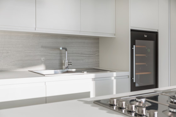 Kitchen | Classtone Strata Argentum & Colorfeel Arctic White de Neolith | Baldosas de cerámica