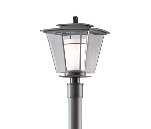 Beacon Hall Outdoor Post Light di Hubbardton Forge | Lampade da terra