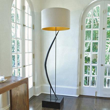 Light Curvature Gemsbok Horn Floor Lamp de Pfeifer Studio | Luminaires sur pied