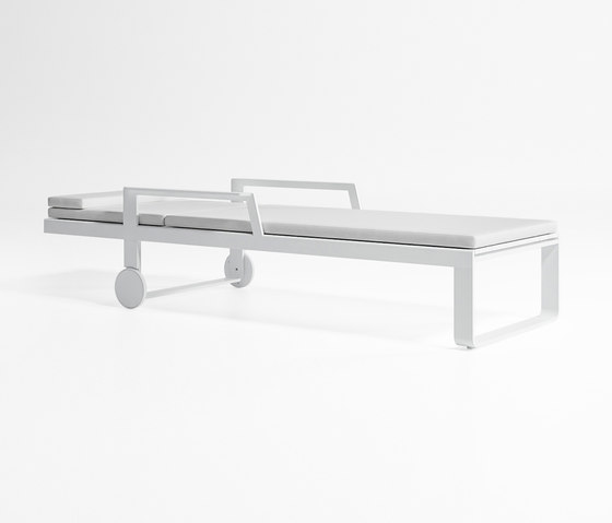 Flat High Chaiselongue with Arms by GANDIABLASCO | Sun loungers