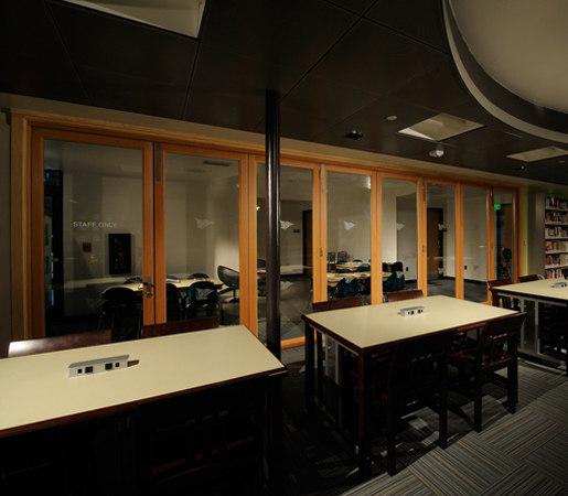 Folding Doors - Wood | Carlsbad Library de LaCantina Doors | Sistemas de mamparas