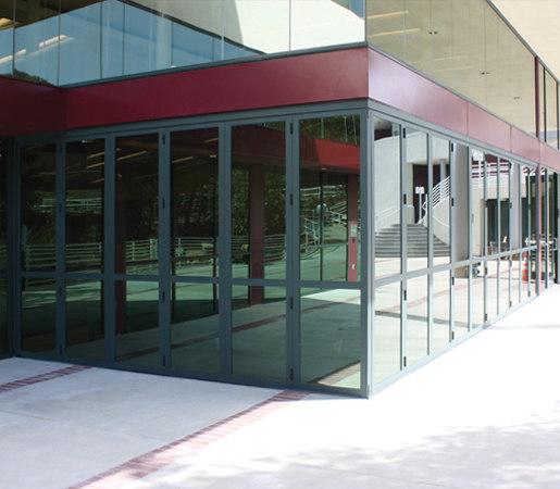 Zero Post Corners | Kalban Architects, Viewpoint School de LaCantina Doors | Puertas patio