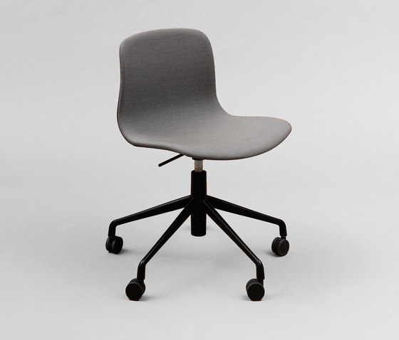About A Chair AAC51 with gaslift de HAY | Sillas
