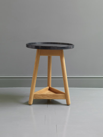 Carve marble side table de Bethan Gray | Mesas auxiliares