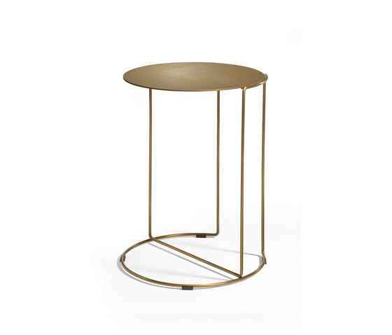 Oki occasional table brass de Walter K. | Tables d'appoint