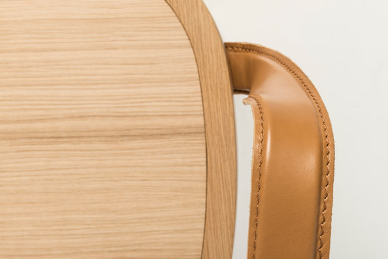 Siro+ | Chair with Armrests | oak de Woodnotes | Chaises