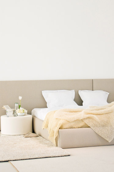 Woodnotes Bed | Frame | stone white de Woodnotes | Cadres de lit
