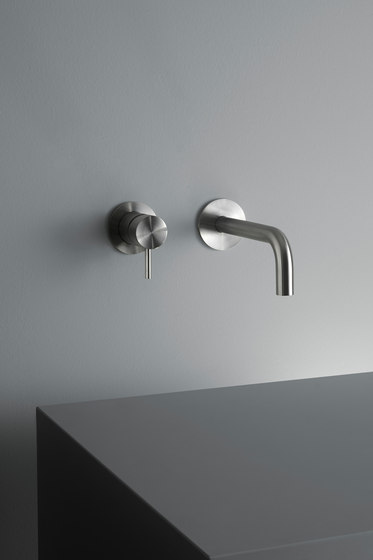 Ottavo | Wall mounted mixer with spout de Quadro | Grifería para lavabos