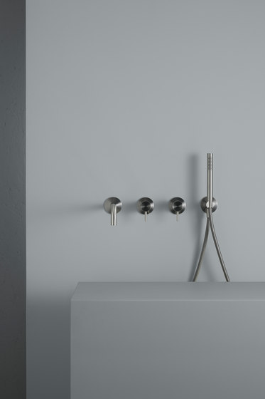 Ottavo |Wall mounted mixer set with hand shower and spout by Quadro | Shower controls