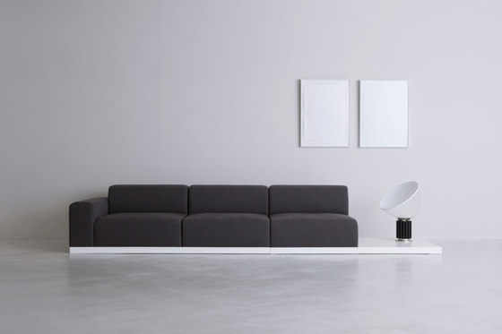 FRONT | sofa de By interiors inc. | Canapés