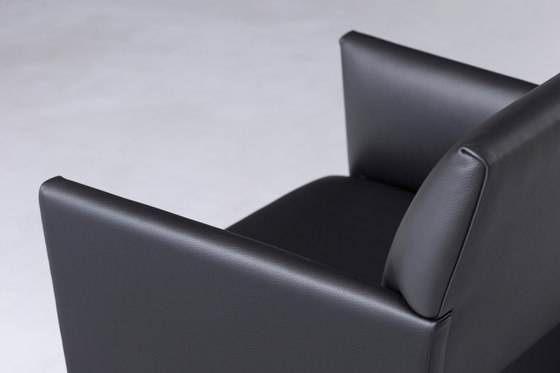 SLED | lounge chair di By interiors inc. | Poltrone