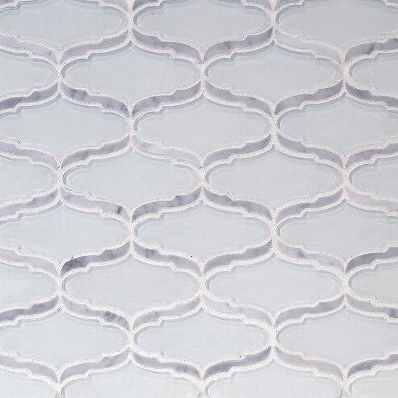The Tile District | Cosmopolitan-Elongated Arabesque in Super White Glass with Carrara Marble Border di Tango Tile | Mosaici vetro