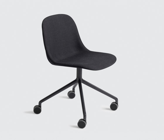 Fiber Side Chair | swivel base with castors by Muuto | Chairs