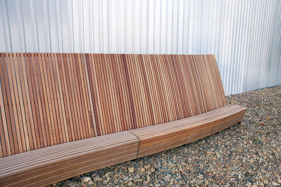 landscape | Curved park bench with high backrest by mmcité | Benches