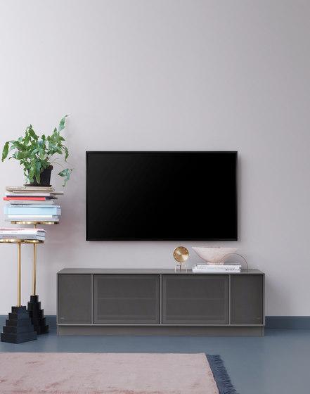 TV & SOUND | Hi-Fi regalsystem – Beispiel mit Sockel von Montana Furniture | Multimedia Sideboards