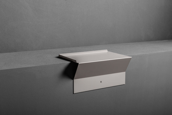 Type Suspended Side Table di MAKRO   Mensole / supporti mensole