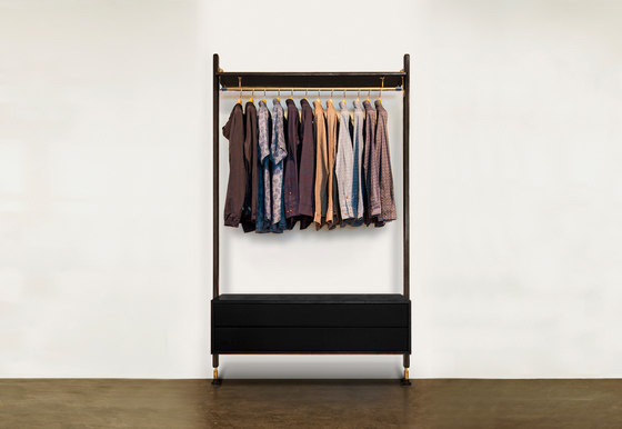 THEO WALL UNIT CLOTHING RAIL WITH DRAWER de District Eight | Porte-manteau