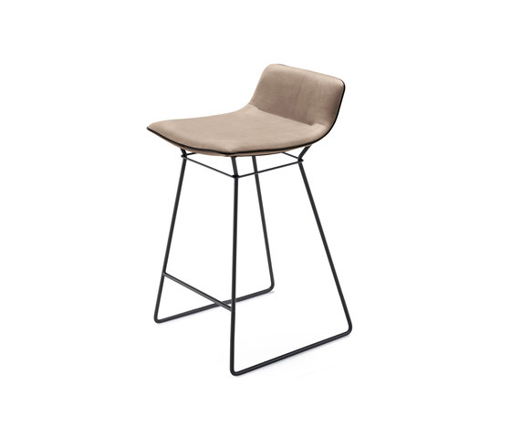 Amelie | Kitchen Stool Low von Freifrau Sitzmöbelmanufaktur | Barhocker