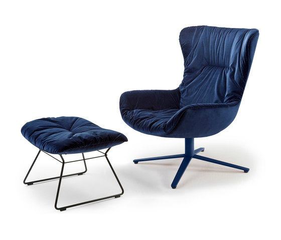 Leya | Wingback Chair mit Fußkreuz & Ottoman von Freifrau Sitzmöbelmanufaktur | Sessel