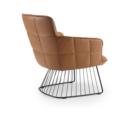 Marla | Easy Chair Low with harp frame de FREIFRAU MANUFAKTUR | Fauteuils