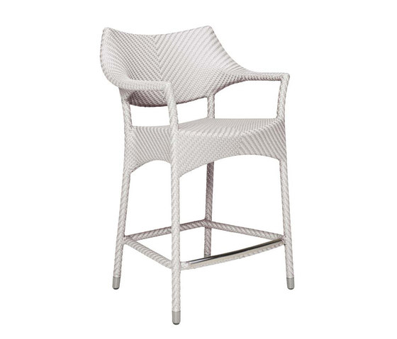 AMARI RATTAN COUNTER STOOL WITH ARMS di JANUS et Cie | Sgabelli bancone