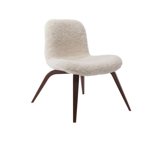 Goose Lounge Chair, Dark Stained / Sheepskin: Off White von NORR11 | Sessel