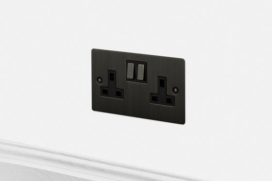 Electricity | 2G UK Socket | Smoked Bronze di Buster + Punch | Prese inglesi
