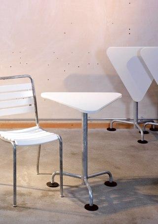 la table de jardin triangulaire de atelier alinea produit. Black Bedroom Furniture Sets. Home Design Ideas