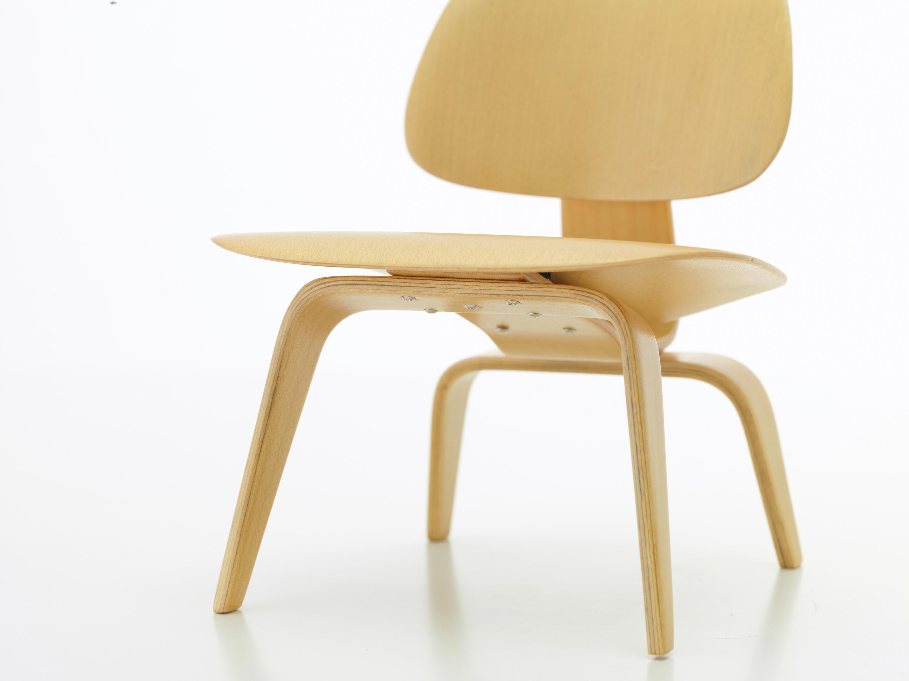 Plywood group lcw poltrone vitra architonic for Poltrone vitra