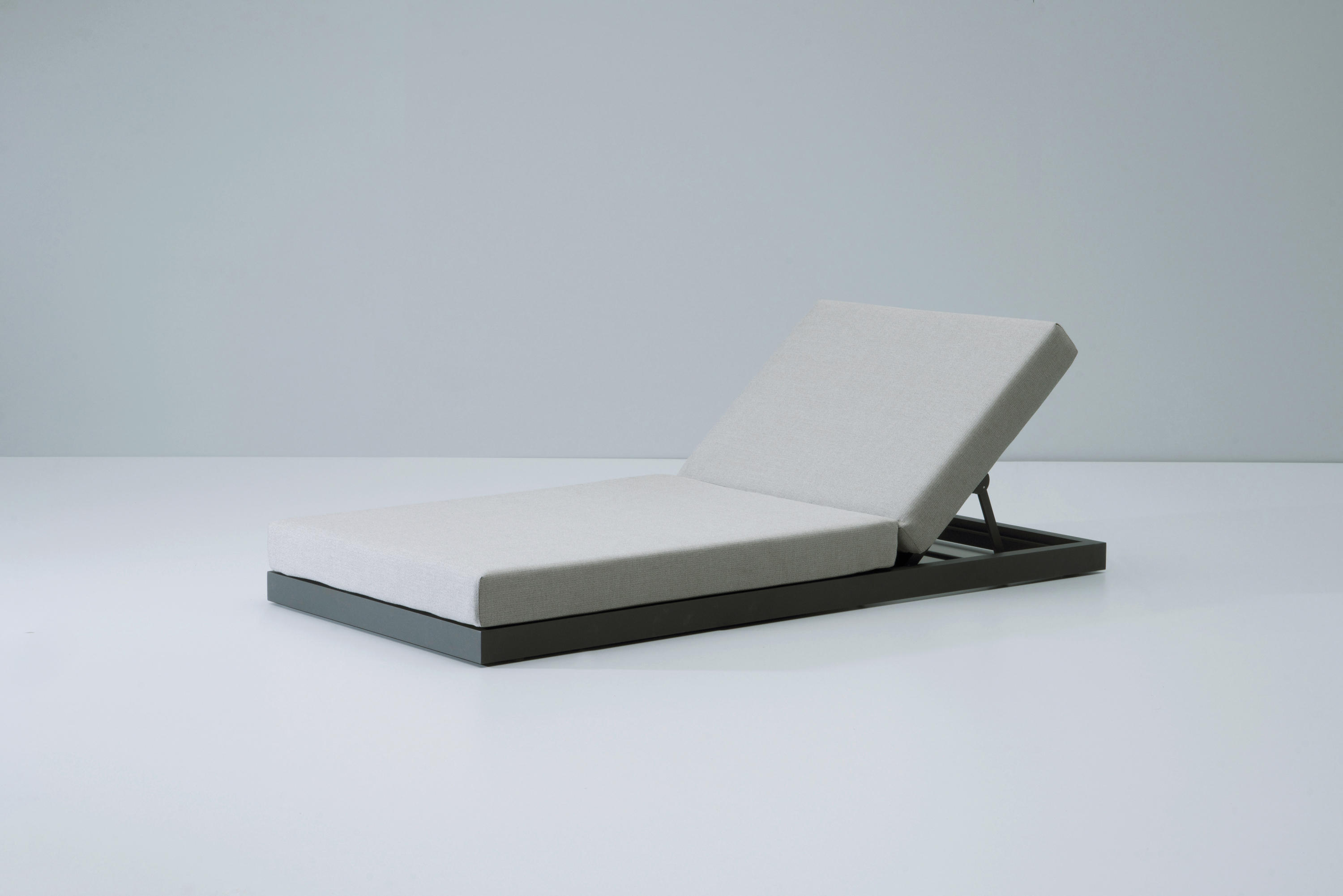 landscape lounger with 5 position liegest hle von kettal architonic. Black Bedroom Furniture Sets. Home Design Ideas