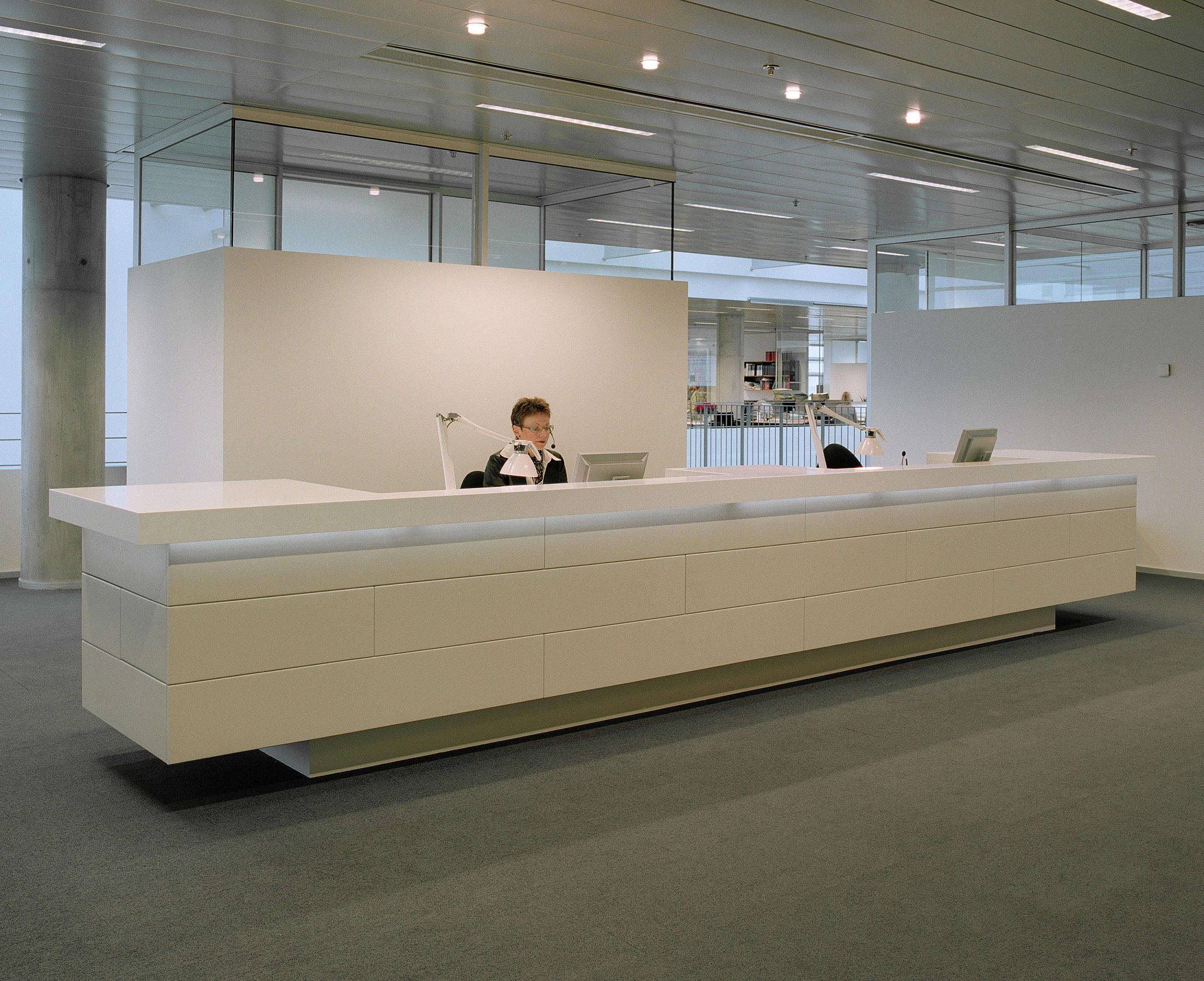Reception desk tavoli da ingresso designoffice architonic for Arredo urbano in inglese