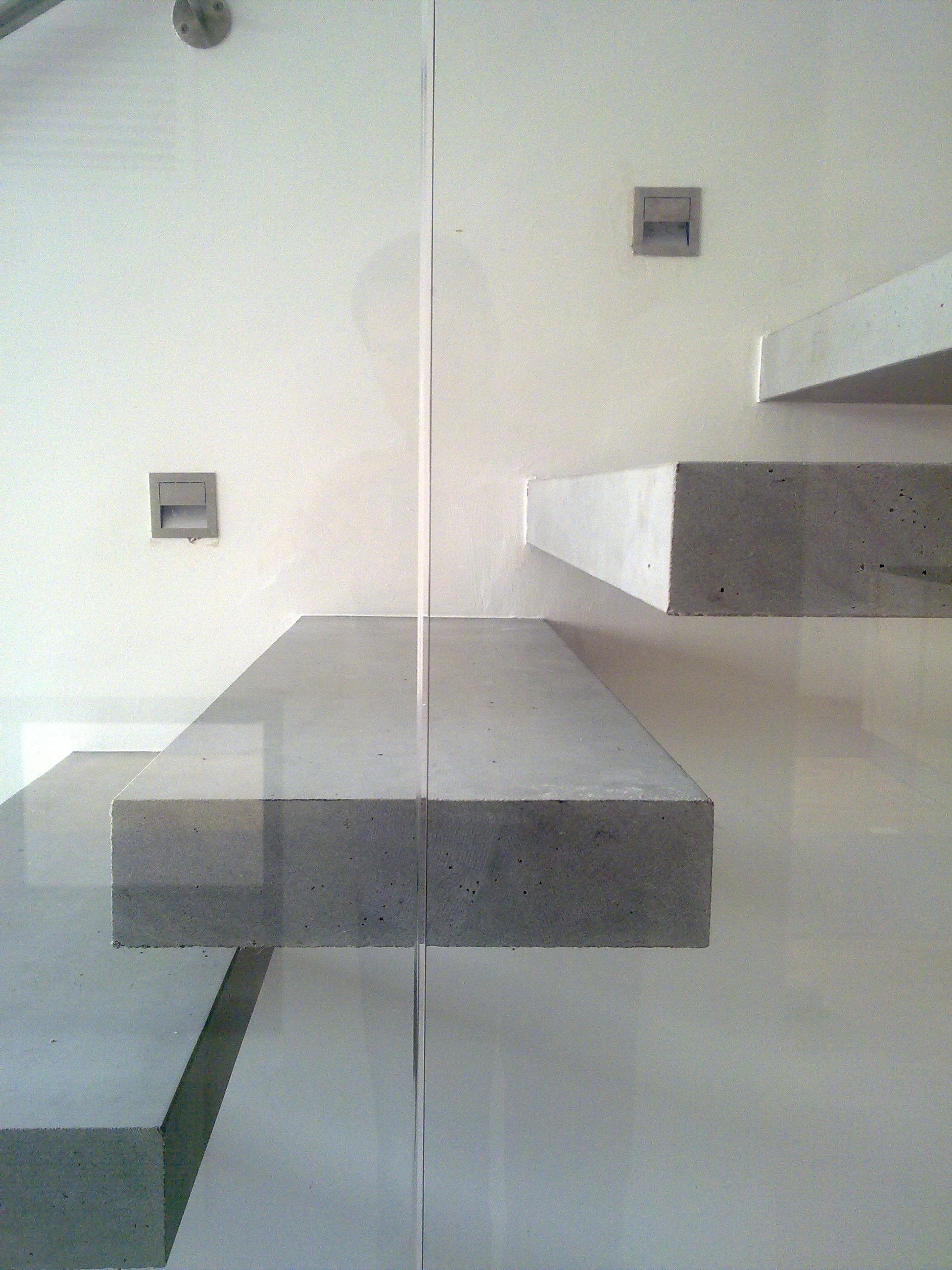 CANTILEVERED STAIRS IN CONCRETE - Staircase systems from