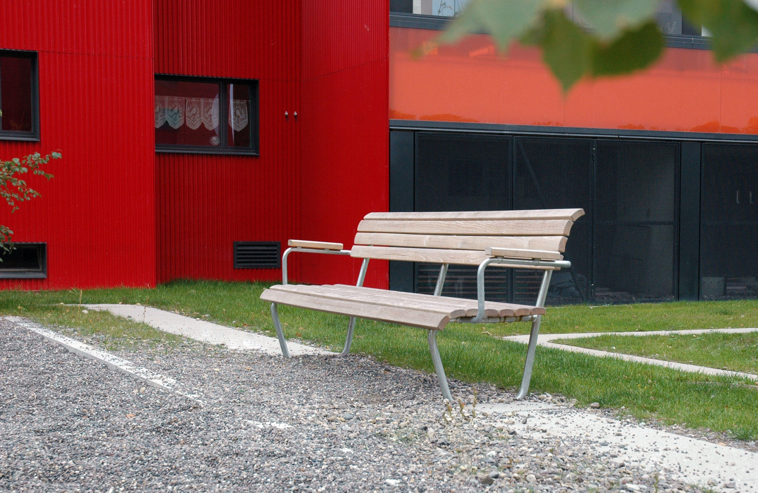 Landi bench with backrest and armrest bancs publics de for Landi meubles de jardin