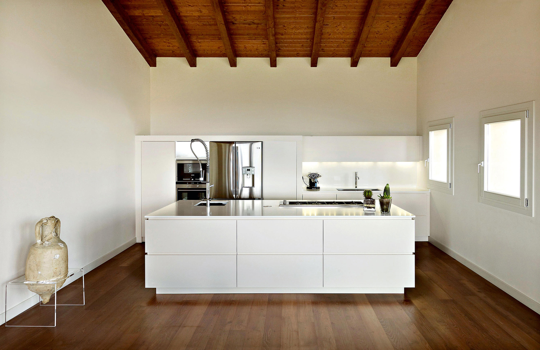 sockelleiste k che wei schmale k che ideen arbeitsplatte nuss sch rze cartoon sauber halten. Black Bedroom Furniture Sets. Home Design Ideas