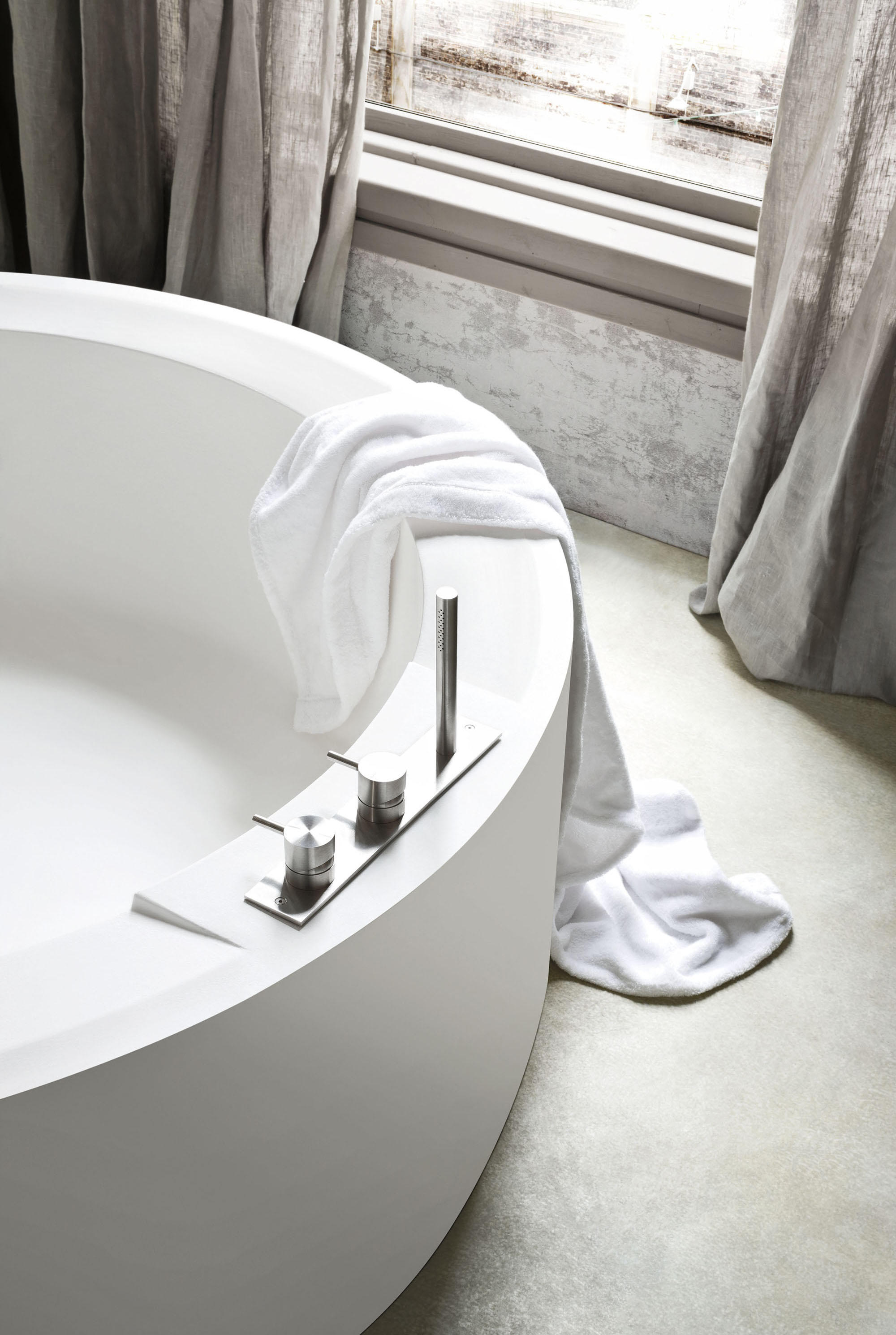 hole bathtub free standing baths from rexa design. Black Bedroom Furniture Sets. Home Design Ideas